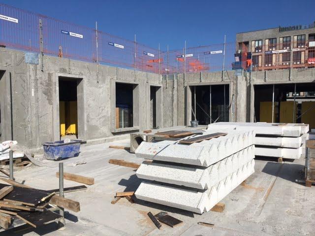 Eksempel fra Elementbyggeri under opførelse, med standard betonelementer og trappeelementer